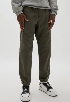 MIT TASCHEN MIT REISSVERSCHLUSS - Spodnie materiałowe - dark green