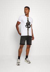Glorious Gangsta - LUCHESSE - T-shirt z nadrukiem - white - 1