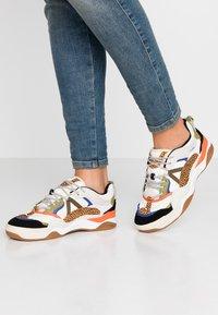 Vans - VARIX - Sneakers laag - spicy orange/guacamole - 0