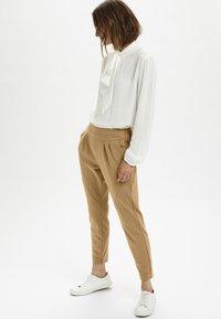 Cream - ANETT PANTS - Trousers - luxury camel - 1
