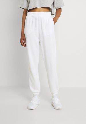 BOYFRIEND - Pantalones deportivos - white