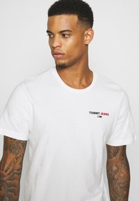 Tommy Jeans - CHEST CORP TEE UNISEX - Print T-shirt - white