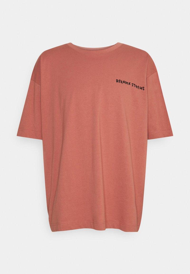 RETHINK Status - OVERSIZED UNISEX  - Print T-shirt - light mahogany