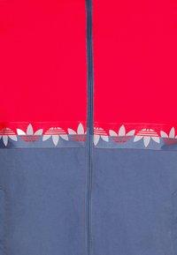 adidas Originals - SLICE - Giacca sportiva - crew blue/scarlet - 6