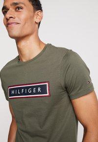 Tommy Hilfiger - CORP FRAME TEE - Print T-shirt - green - 3