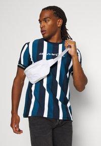 Kings Will Dream - KINGSLEY - T-shirt imprimé - blue/black/white - 3