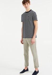 WE Fashion - MET STREEPDESSIN - Print T-shirt - dark blue - 1