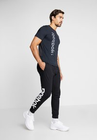 Reebok - WORKOUT SPORT SHORT SLEEVE GRAPHIC TEE - T-Shirt print - black - 1