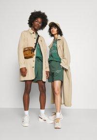Jack & Jones - JJITOBIAS  UNISEX - Shorts - trekking green - 1