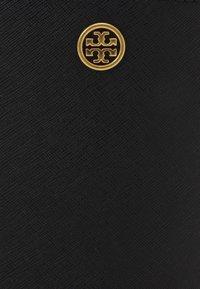 Tory Burch - ROBINSON MINI BUCKET BAG - Kabelka - black - 4