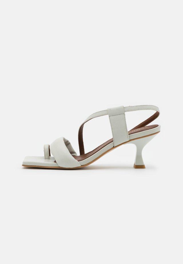 ASYMETHRIC STRAPS - Sandali - white