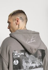 The Couture Club - GRAPHIC POCKET HOODIE WITH REMOVEABLE RUBBER BRANDIN - Sweatshirt - grey - 3