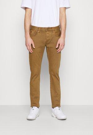 SUMMER GARMENT DYE - Straight leg jeans - tobacco