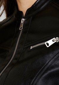 Vero Moda - VMSHEENA SHORT JACKET - Chaqueta de cuero sintético - black - 5