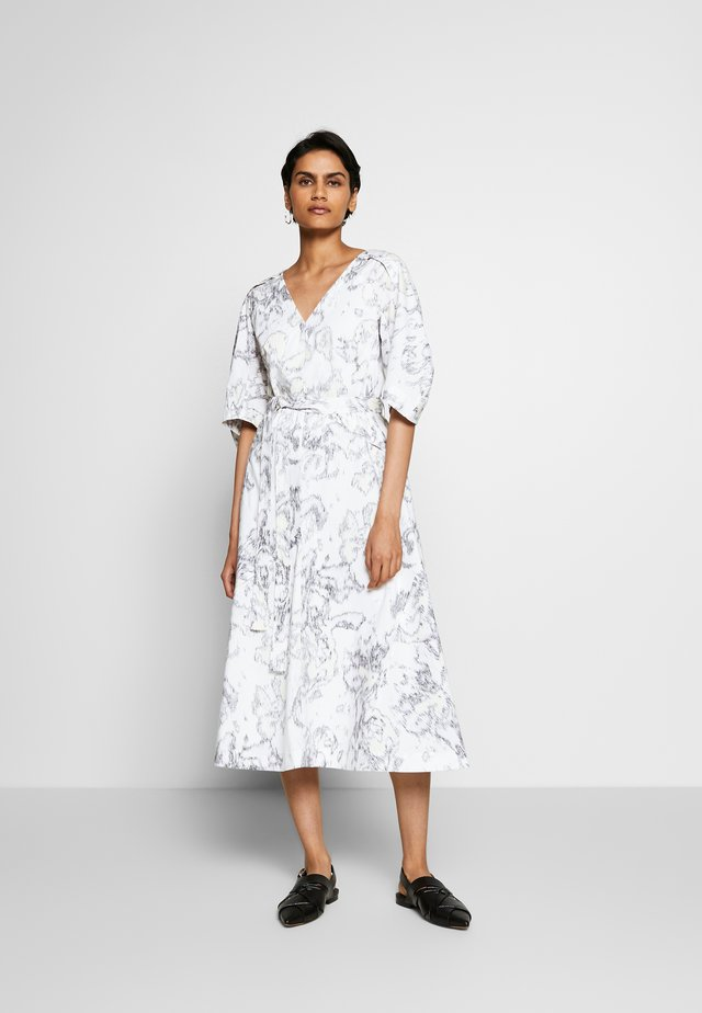 ABSTRACT DAISY BALLOON DRESS - Vapaa-ajan mekko - white/lavender