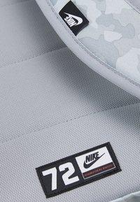 Nike Sportswear - HERITAGE UNISEX - Rucksack - summit white/light smoke grey/black - 4