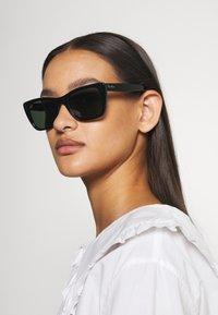 Ray-Ban - CARIBBEAN - Sluneční brýle - shiny black - 0