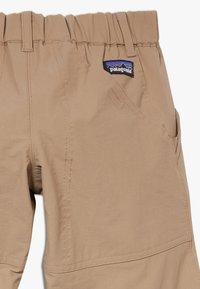 Patagonia - BOYS SUNRISE TRAIL PANTS - Trousers - mojave khaki - 2