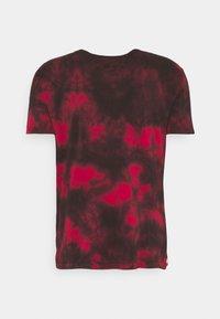 Alpha Industries - BASIC BATIK - Print T-shirt - speed red - 7