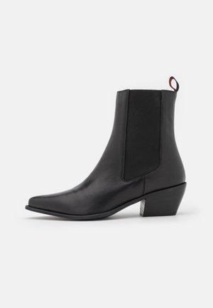 BUSSOLA - Kotníkové boty - black