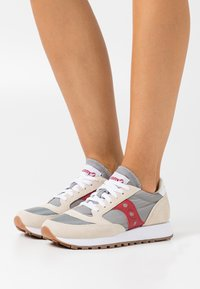 Saucony - JAZZ VINTAGE - Trainers - marshmallow/grey/red - 0