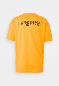Napapijri The Tribe - YOIK UNISEX - T-shirt con stampa - yellow solar - 1