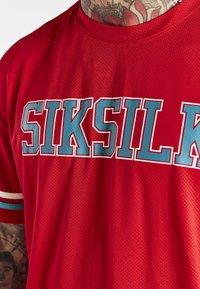 SIKSILK - SPACE JAM BASEBALL TEE UNISEX - T-shirt imprimé - red/green/ecru - 3