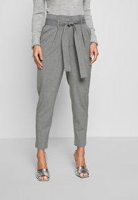 ONLY Petite - ONLNICOLE PAPERBAG ANKEL PANTS - Kalhoty - light grey melange - 0