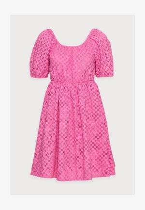 YASVOLANT DRESS  - Koktejlové šaty/ šaty na párty - azalea pink