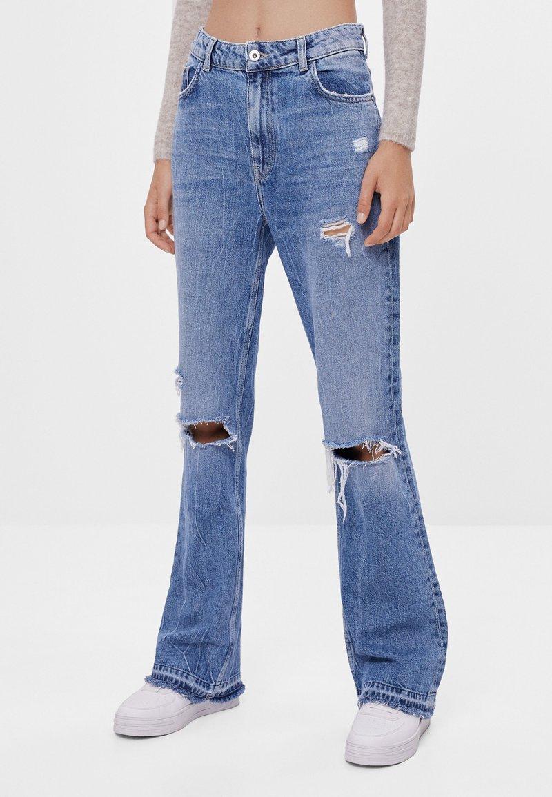 Bershka - MIT ZIERRISSEN - Jeans a zampa - blue