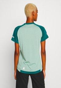Zimtstern - PURE FLOWZ  - Print T-shirt - granite green/pacific green/blush - 2