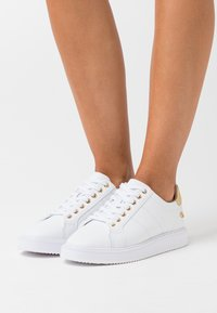 Lauren Ralph Lauren - ANGELINE  - Sneaker low - white/gold - 0