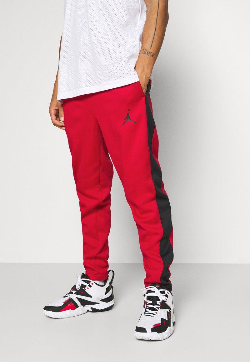 Jordan - AIR THERMA PANT - Teplákové kalhoty - gym red/black