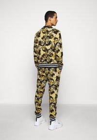 Versace Jeans Couture - FLEECE NEW LOGO - Teplákové kalhoty - nero - 2