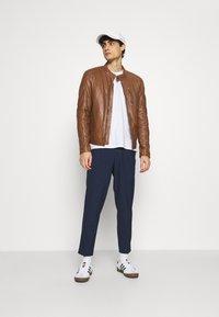 Selected Homme - SLHSLIMTAPE MADLEN PIN PANTS - Kalhoty - dark blue - 1