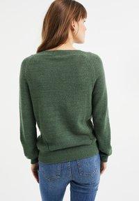 WE Fashion - MET OPENGEWERKTE STRUCTUUR - Maglione - green - 2