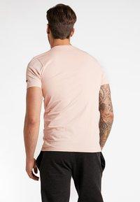 New Era - MLB NEW YORK YANKEES SEASONAL TEAM LOGO TEE - Club wear - mottled pink - 2