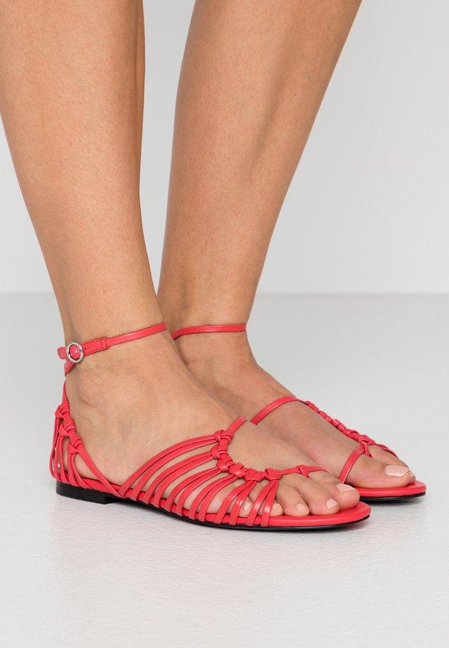 Sandaler m/ tåsplit - corallo