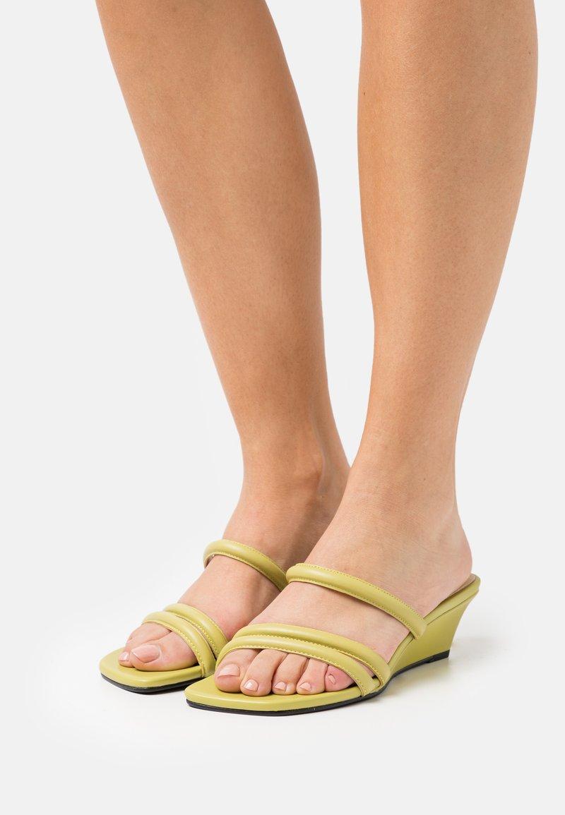 Vagabond - NELLIE - Pantofle na podpatku - golden green