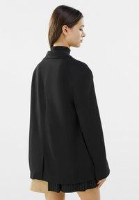 Bershka - MIT KNÖPFEN  - Korte frakker - black - 2