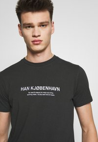 Han Kjobenhavn - ARTWORK TEE - Print T-shirt - faded black - 3