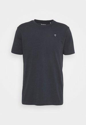 ALDER OWL BADGE - Basic T-shirt - total eclipse
