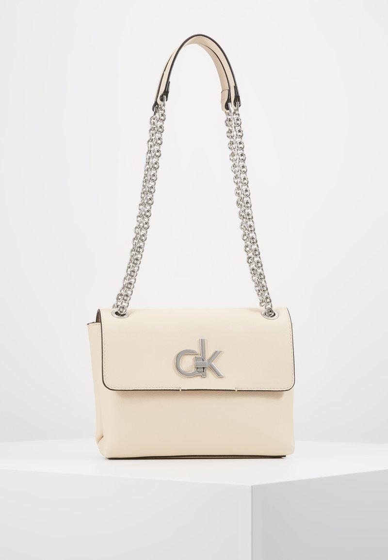 Calvin Klein - RE LOCK CROSSBODY - Torba na ramię - pink