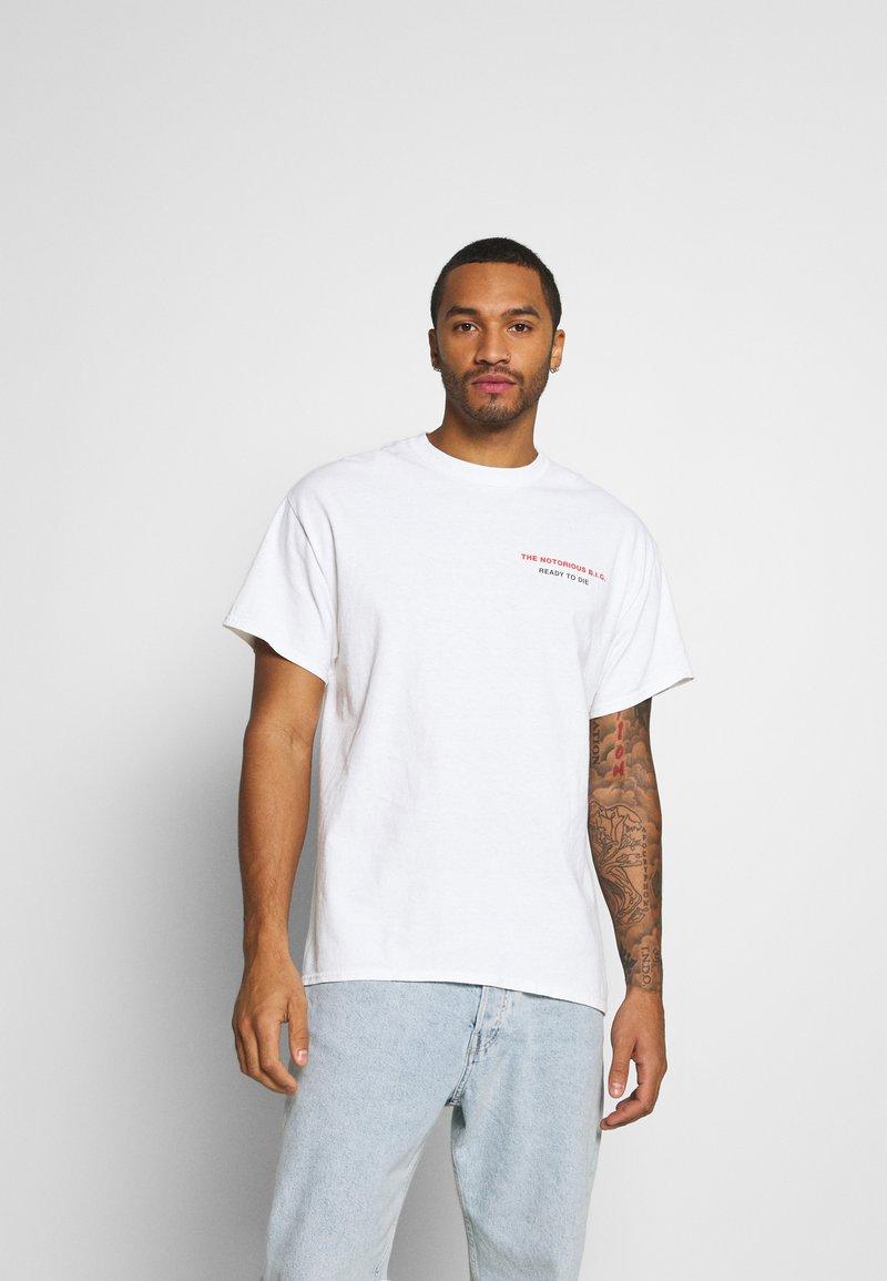 Mennace - BIGGIE BACK OVERSIZED WASHED TEE - Print T-shirt - white washed