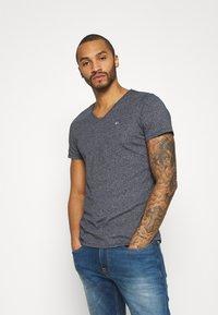 Tommy Jeans - SLIM JASPE V NECK - T-shirt - bas - twilight navy - 0