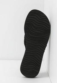 Reef - CUSHION THREADS - Sandály s odděleným palcem - black - 6