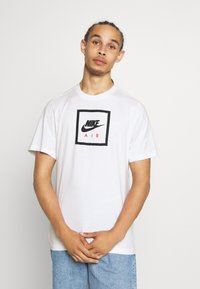 Nike Sportswear - M NSW SS TEE AIR 2 - Camiseta estampada - white/black - 0