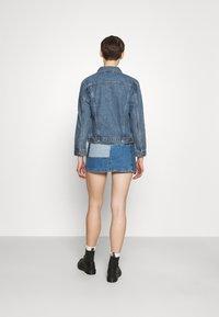 Levi's® - EX-BOYFRIEND TRUCKER - Giacca di jeans - concrete indigo - 2