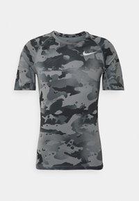 Nike Performance - SLIM CAMO - Triko spotiskem - smoke grey/grey fog - 6