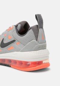 Nike Sportswear - AIR MAX GENOME UNISEX - Tenisky - light smoke grey/iron/bright mango/summit white - 4